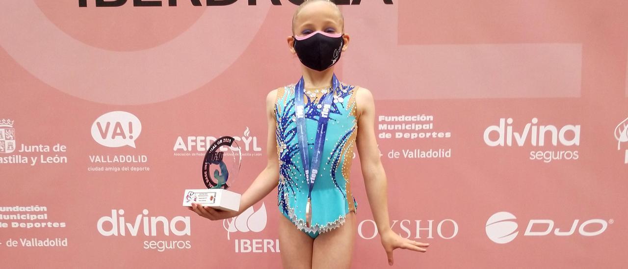 Lucía Álvarez con su trofeo