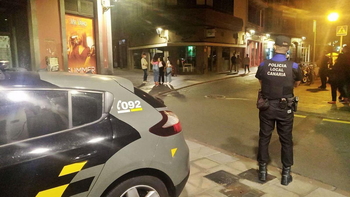 Control de la Policía en la noche del sábado en Vegueta, uno de los principales puntos de botellones en la capital los fines de semana.     LP/DLP