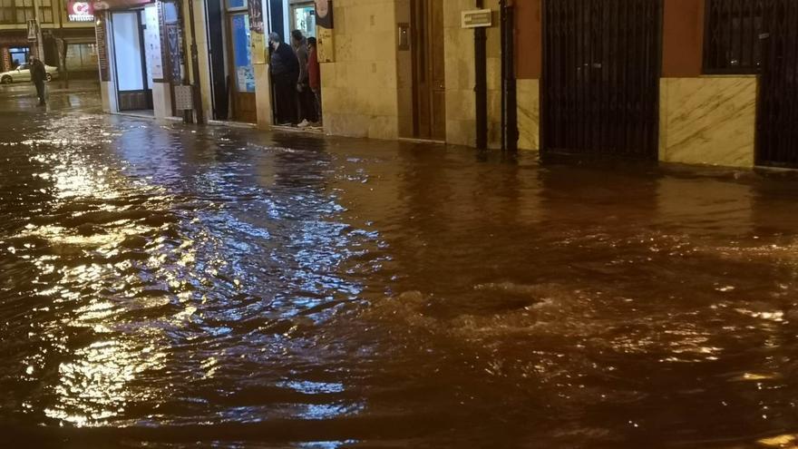 Una tormenta anega en pocos minutos varias calles de Toro