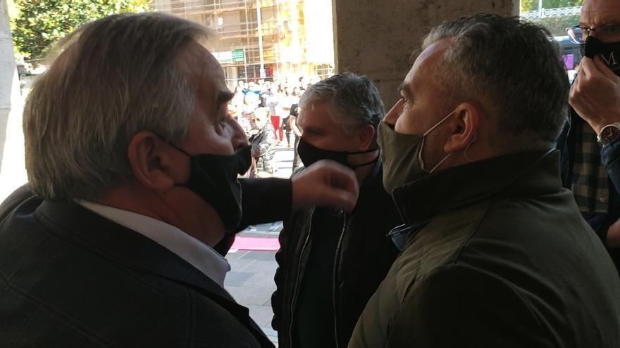 Tensión en Mieres: el Alcalde se encara con un comerciante durante una manifestación
