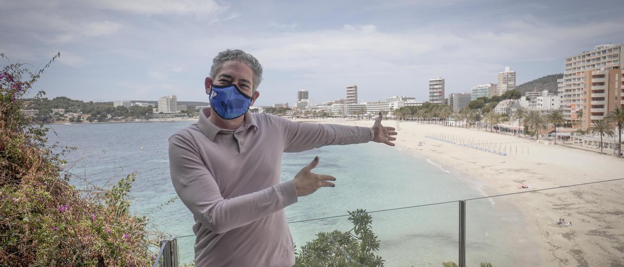 Boris Izaguirre este sábado frente a la playa de Magaluf