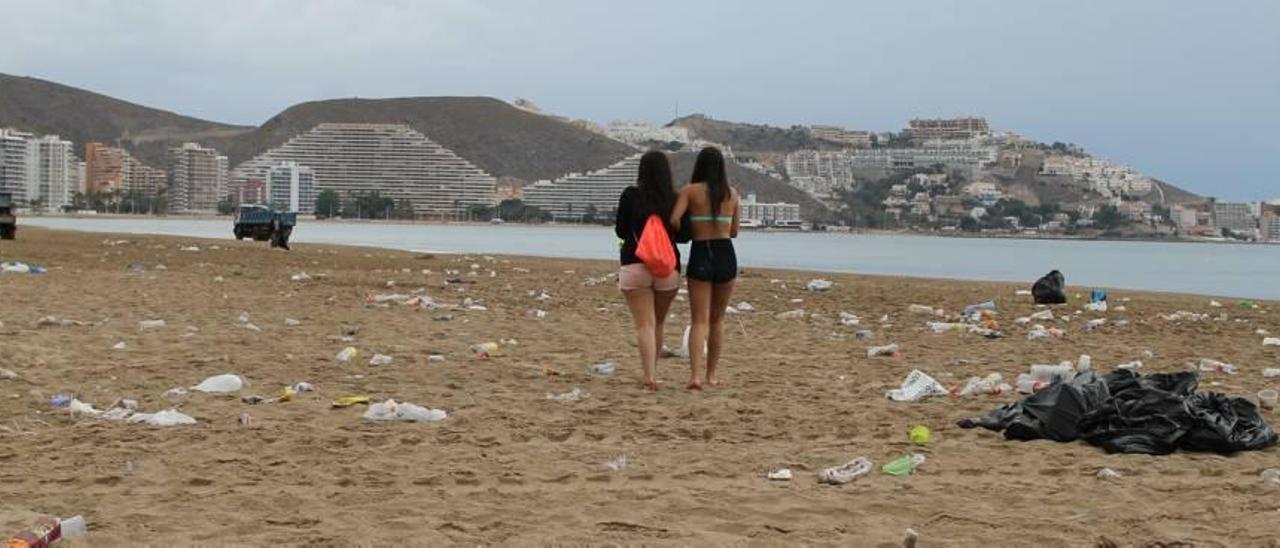 Estado que presentaba la playa de San Antonio de Cullera a primera hora de la mañana de ayer en pleno servicio especial de limpieza tras la Nit de Sant Joan.