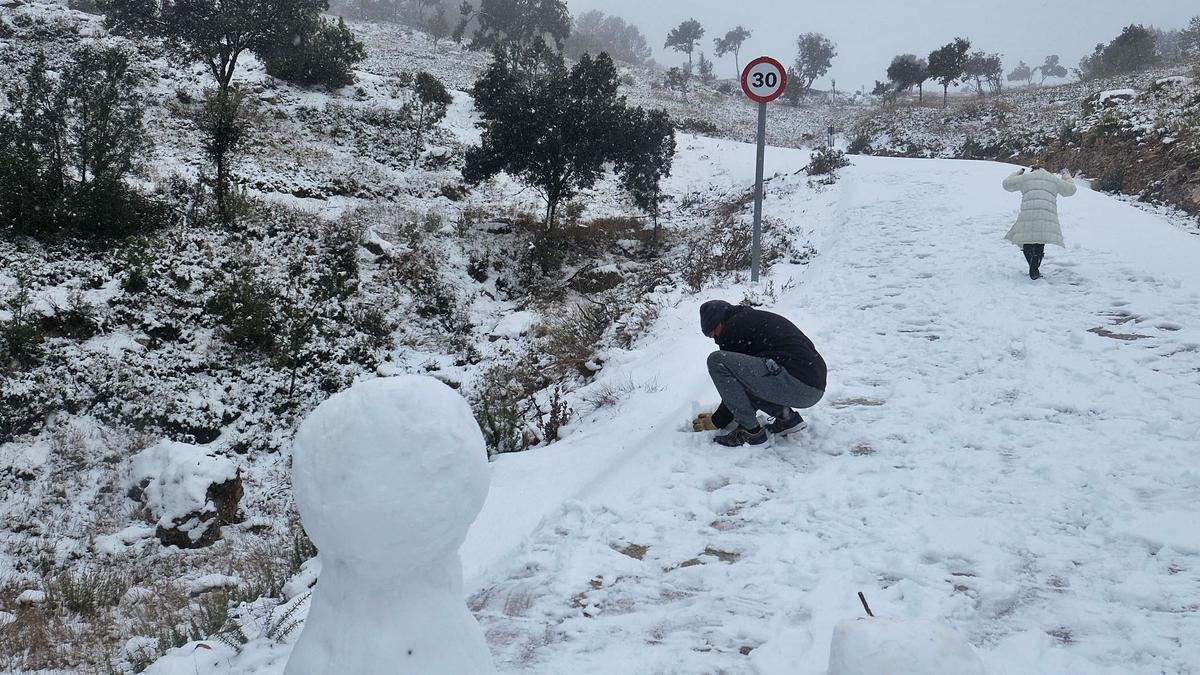 La nieve cubrió las zonas de la provincia por encima de los 700 metros como en el puerto de Beneixama-Fontanars | ÁXEL ÁLVAREZ