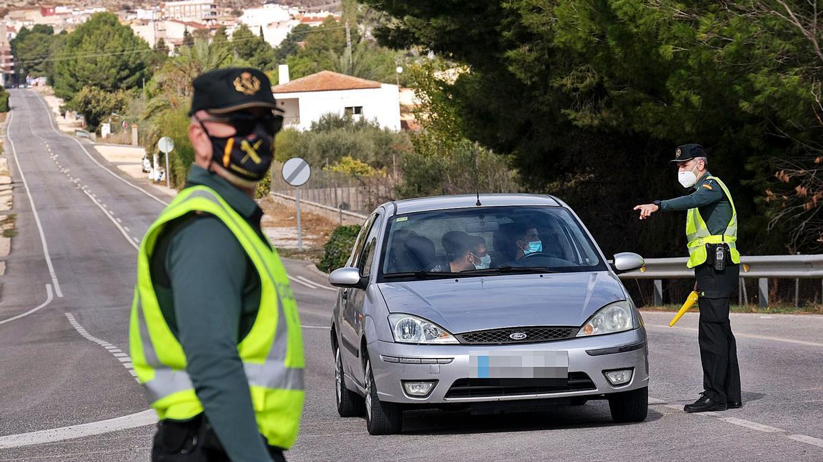 Agentes de la Guardia Civil controlan los accesos a Petrer para garantizar que se cumple el cierre perimetral.