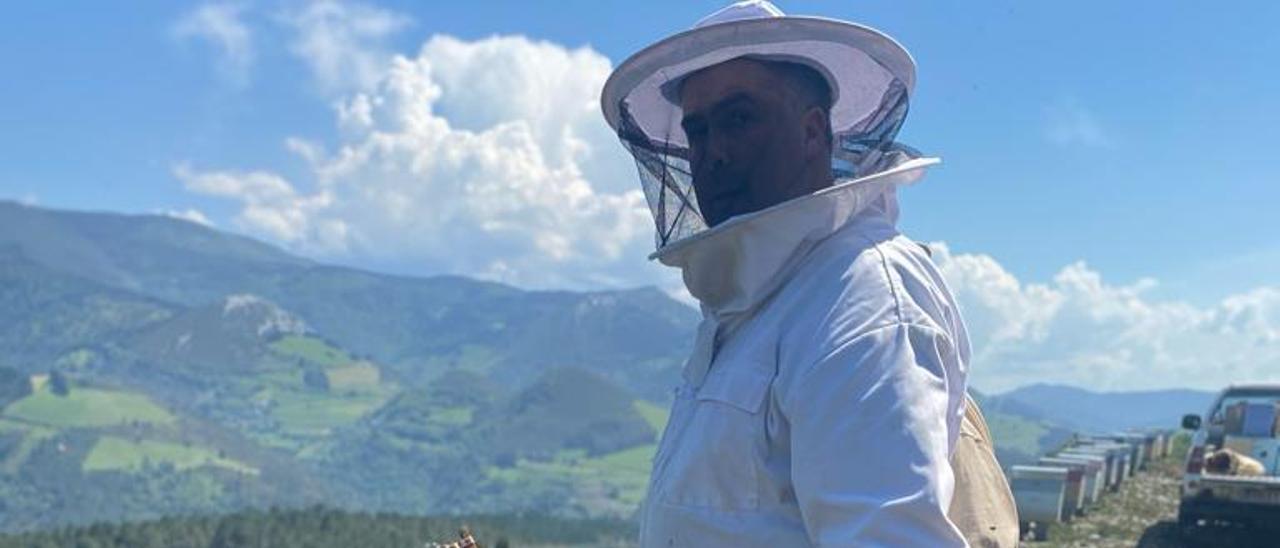 Julio Fernández, ayer, con un panel de una colmena, en Boal.