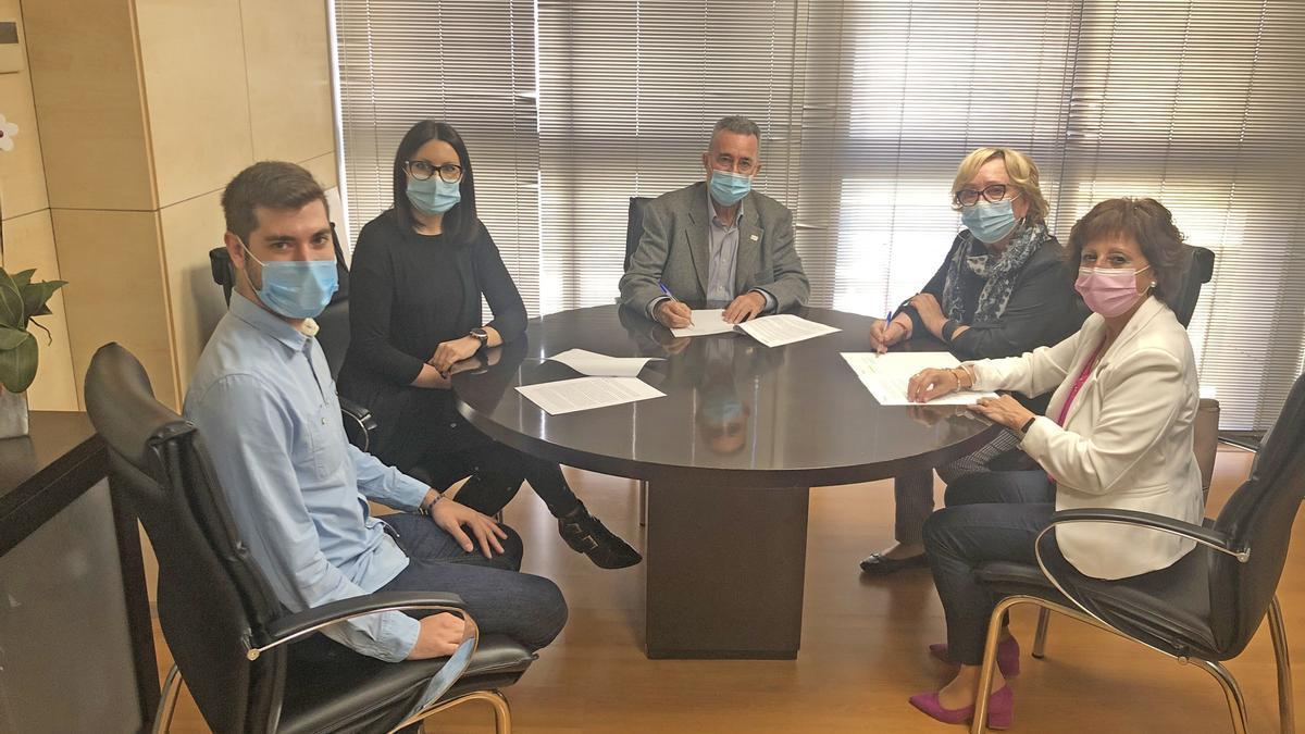 La alcaldesa de Torreblanca y el presidente de la AECC de Castellón firmaron el convenio.