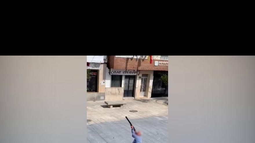 Denuncian a un vecino de Malpartida de Cáceres por lanzar disparos en la plaza en pleno confinamiento