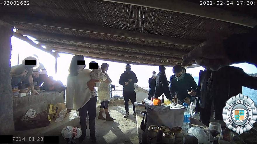 Multas a 13 personas en Ibiza por reunirse en la playa
