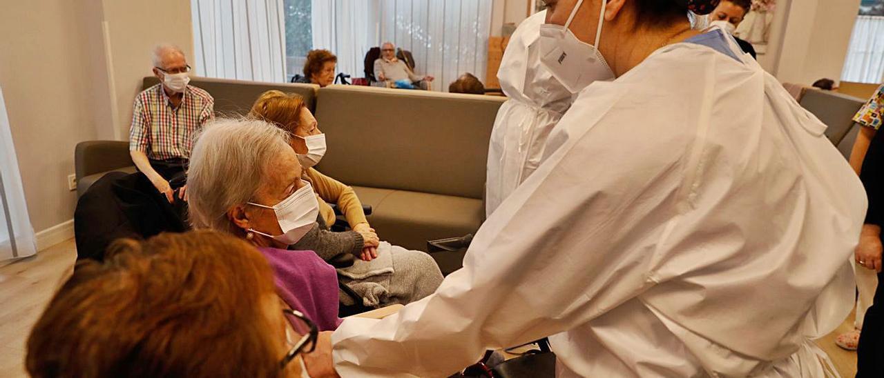 Elena Álvarez y Nuria Maeso vacunan a Edita Trelles, María Teresa Prisa y María Nieves Álvarez, ayer, en el geriátrico Virgen del Coral de Salinas, en Castrillón. | Mara Villamuza