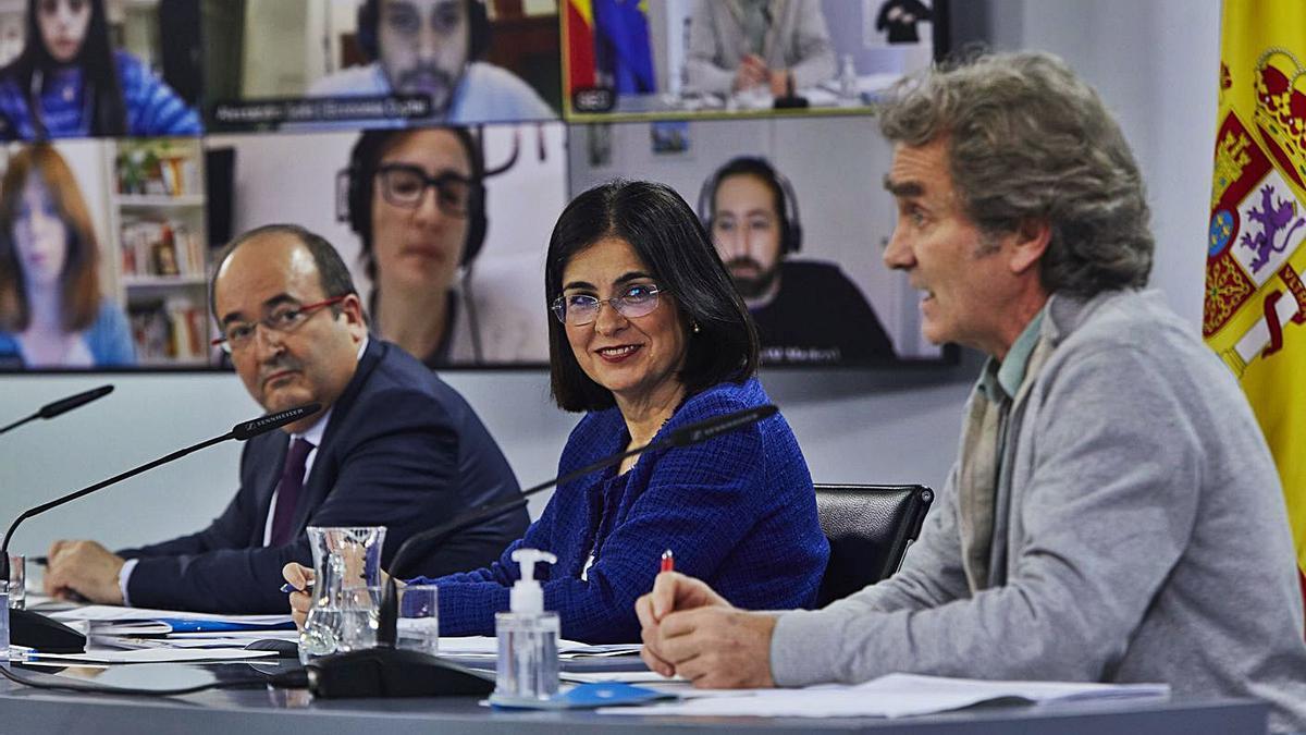 Simón habla ayer en rueda de prensa acompañado por los ministros Darias e Iceta. | EUROPA PRESS/J. HELLÍN
