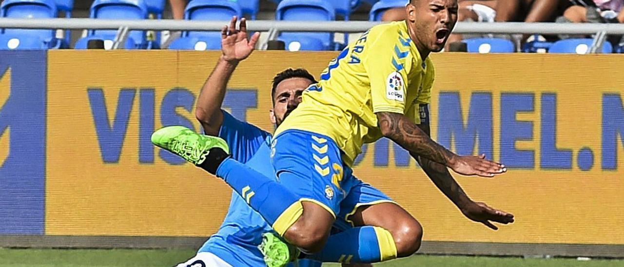 Jonathan Viera Ramos es frenado de forma antirreglamentaria por Nono (Ibiza), el pasado sábado, en el Gran Canaria.     ANDRÉS CRUZ
