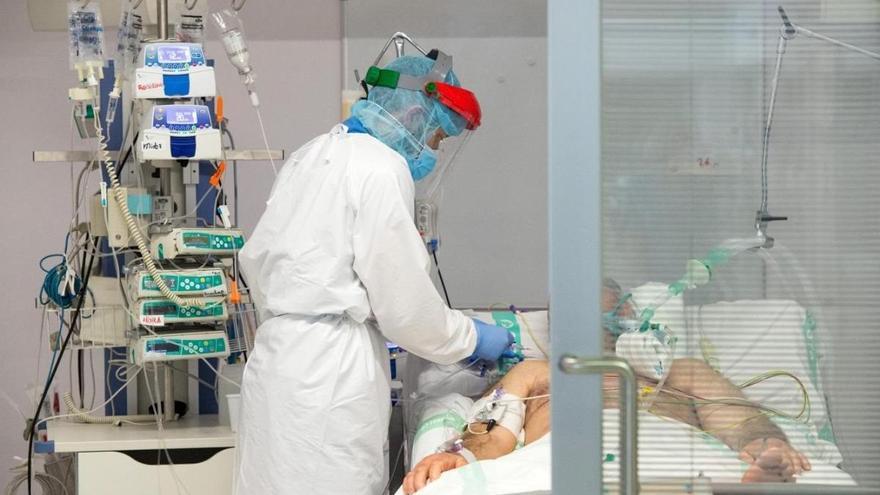 Los corticosteroides mejoran la supervivencia en pacientes críticos de covid