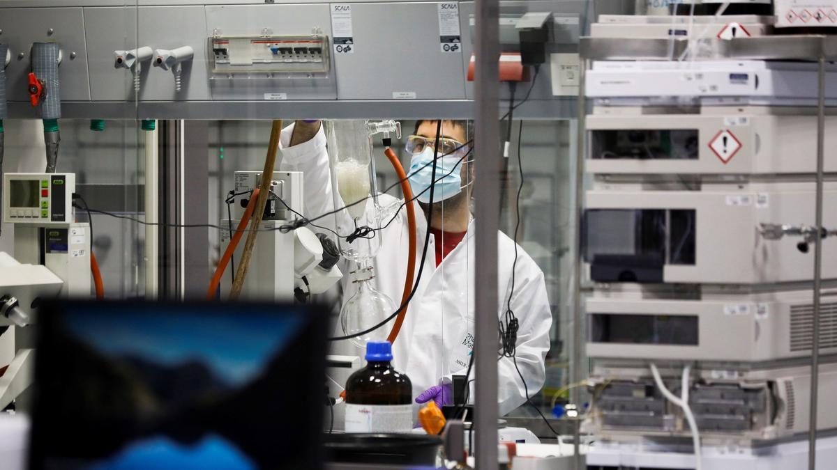 Un investigador, trabajando en el laboratorio de Pharmamar.
