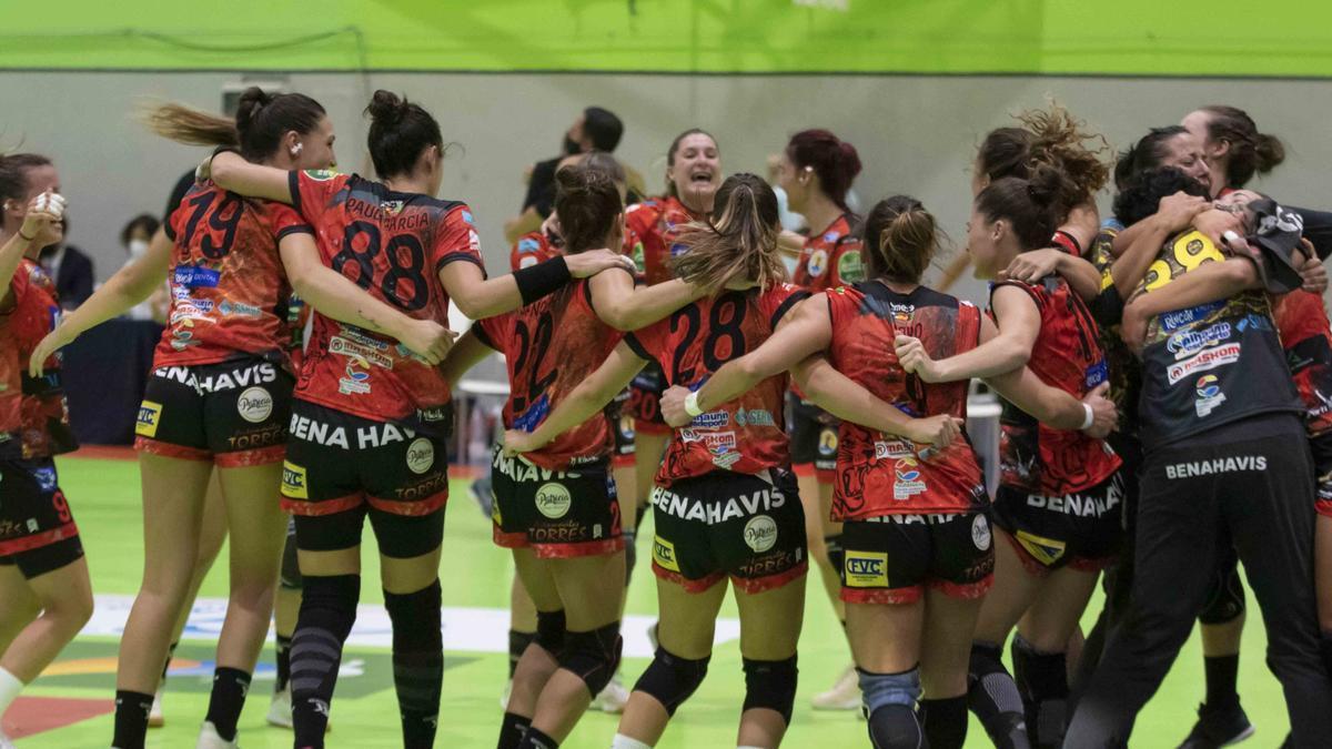 La plantilla del Rincón Fertilidad celebrando la victoria en la final de Copa.