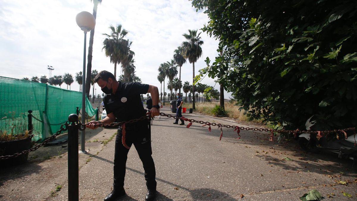 Un guarda jurado cierra con una cadena el acceso a la Ciudad Deportiva después del lanzamiento del Córdoba CF, este miércoles.