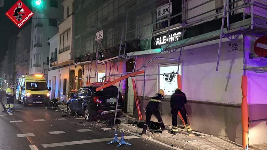 Un conductor resulta herido tras chocar contra un andamio en Altea
