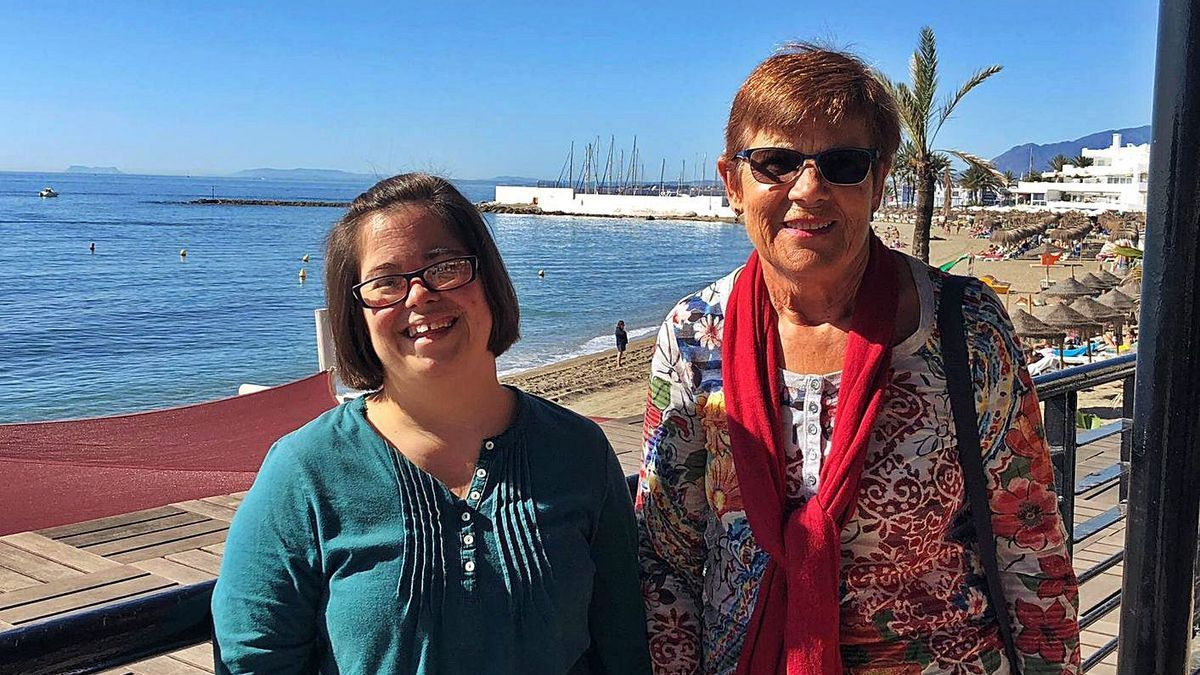 Victoria y su madre, Marisa, en una imagen tomada en el paseo marítimo de Marbella