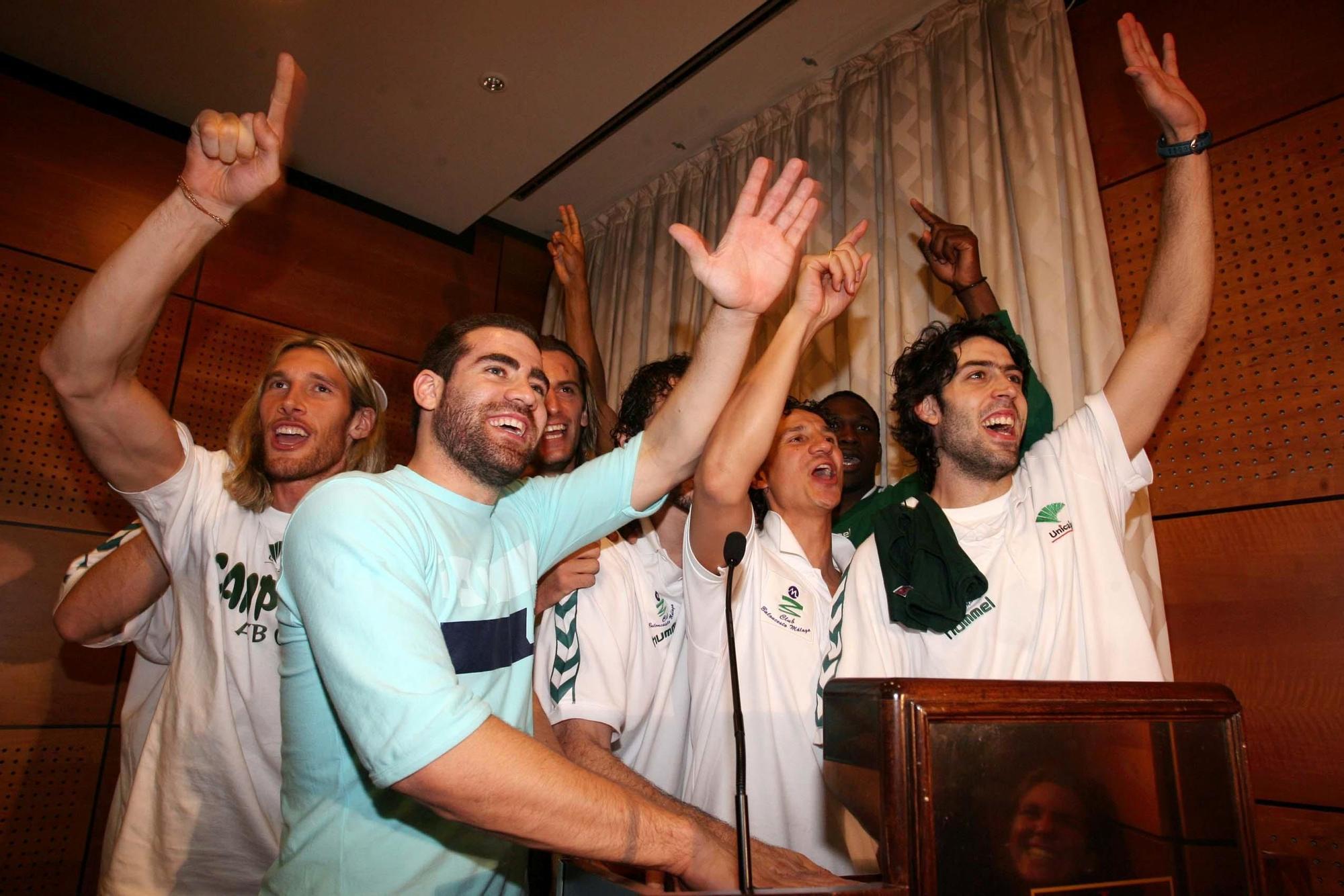 Carlos Cabezas celebra con sus compañeros el título de liga ACB conseguido en 2006