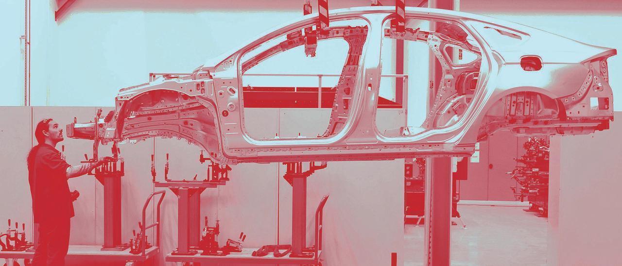 Un trabajador de la planta de  fabricación de vehículos de Ford en Almussafes.