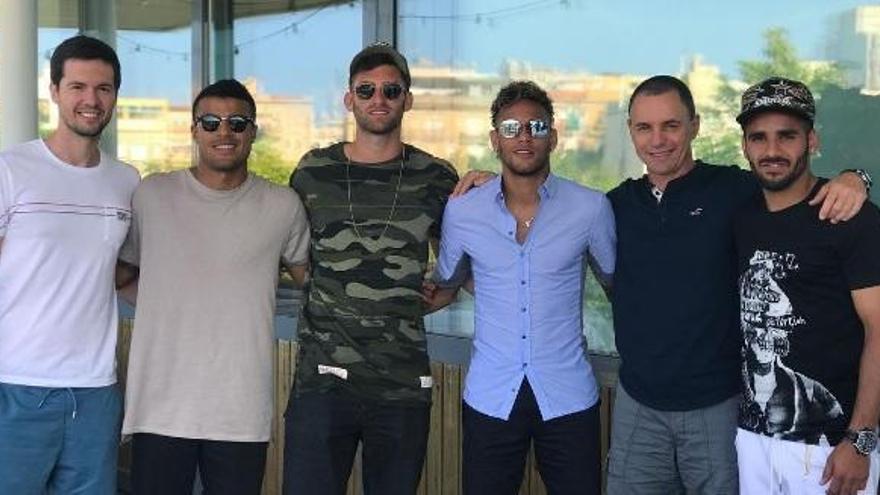 Douglas, el ex del Sporting, se divierte en el yate de Neymar