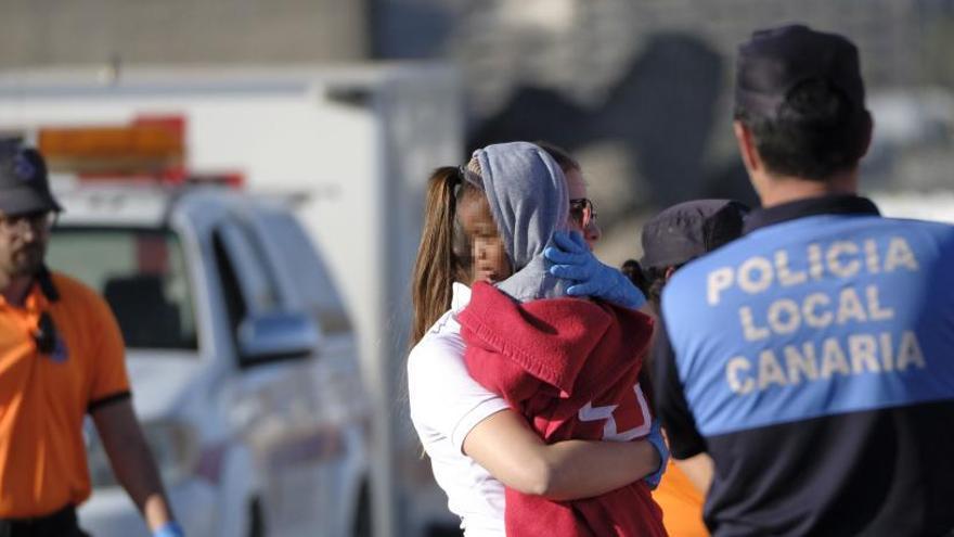 Rescatados seis bebés y dos niños de dos pateras que se dirigían a Canarias