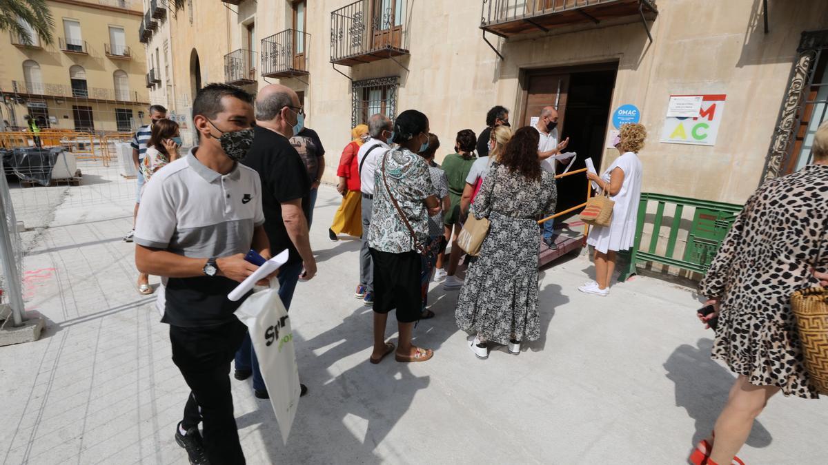 Colas a las puertas de la OMAC de la Plaça de Baix en los últimos días.