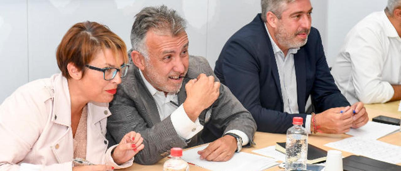 Elena Máñez, junto a Ángel Víctor Torres y el secretario de Organización del PSOE canario, Jorge González, una reunión de la Ejecutiva regional.