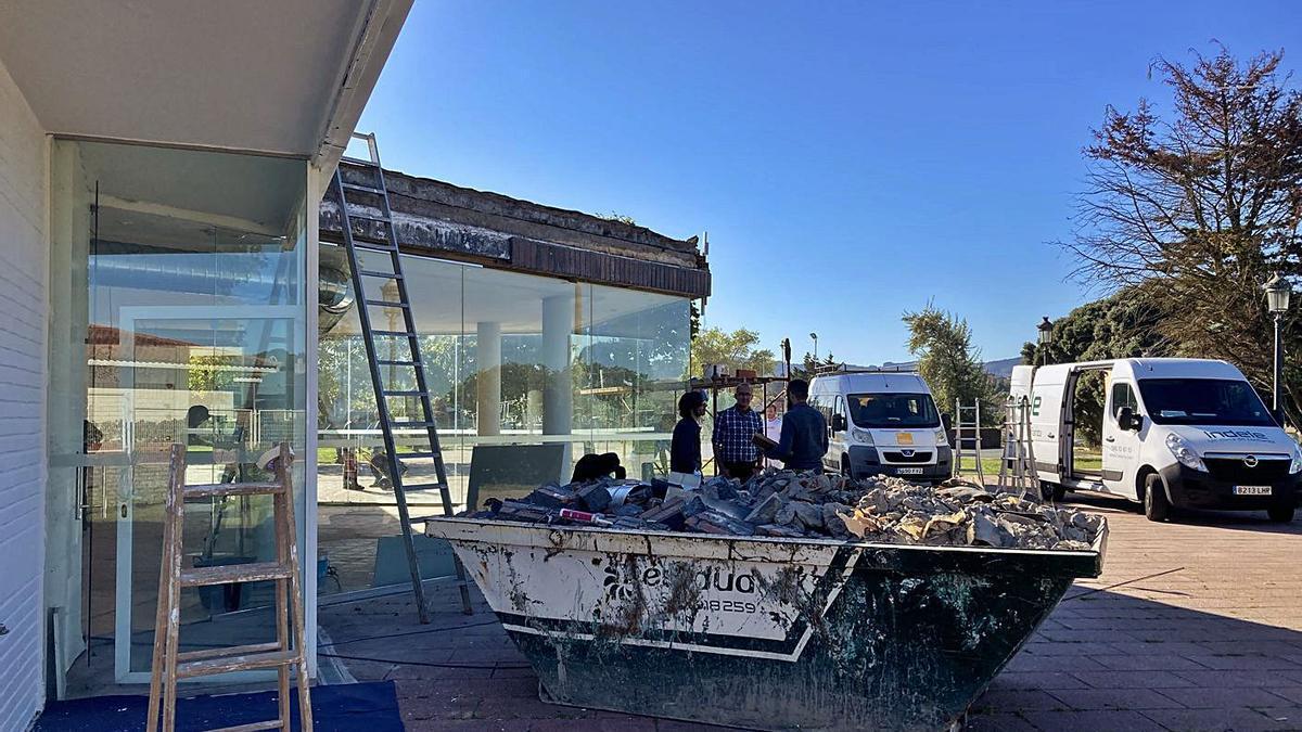La cafetería, en obras, funcionará el próximo verano tras los dos últimos cerrada.
