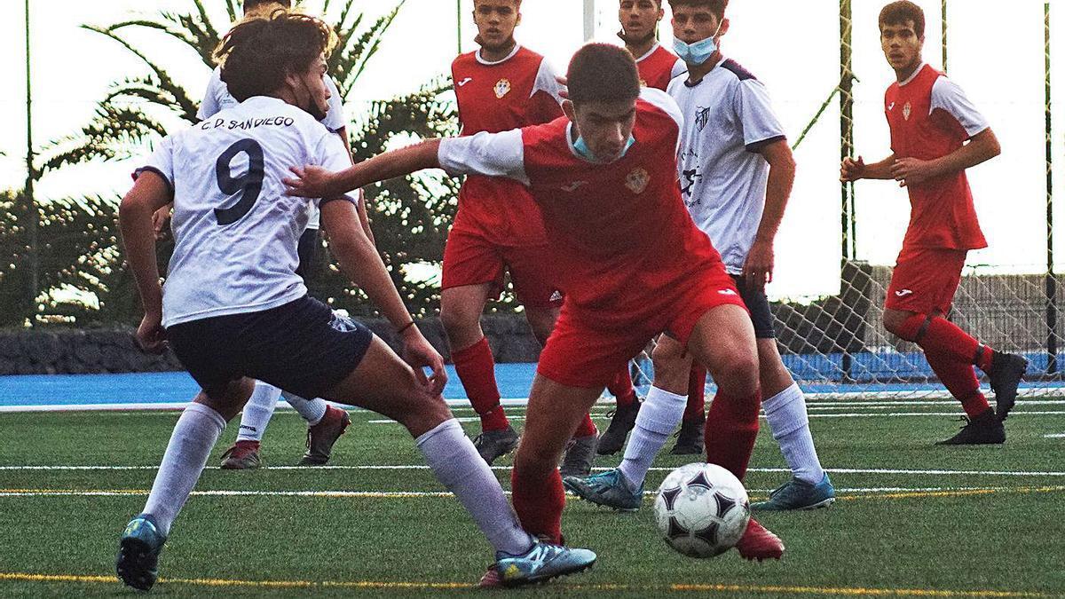 Una acción del partido jugado en el Antonio Sánchez, entre el San Diego y el Santa Úrsula B.     ANDRÉS DÉVORA