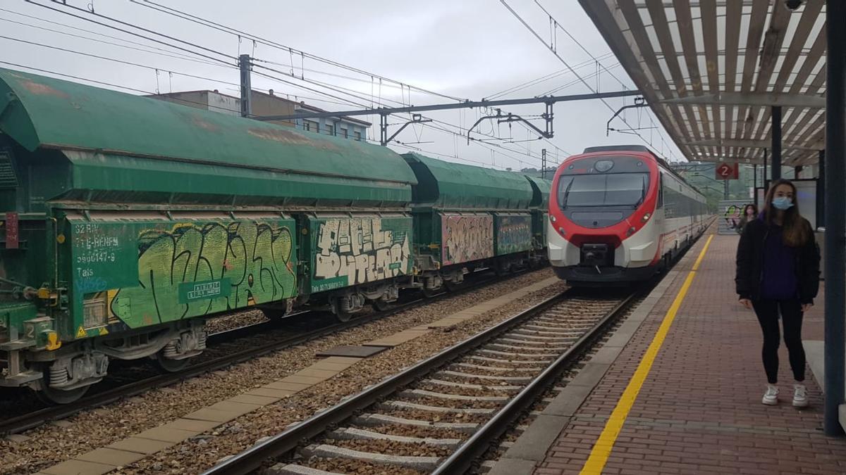 Tren de Renfe en la línea Gijón-León.