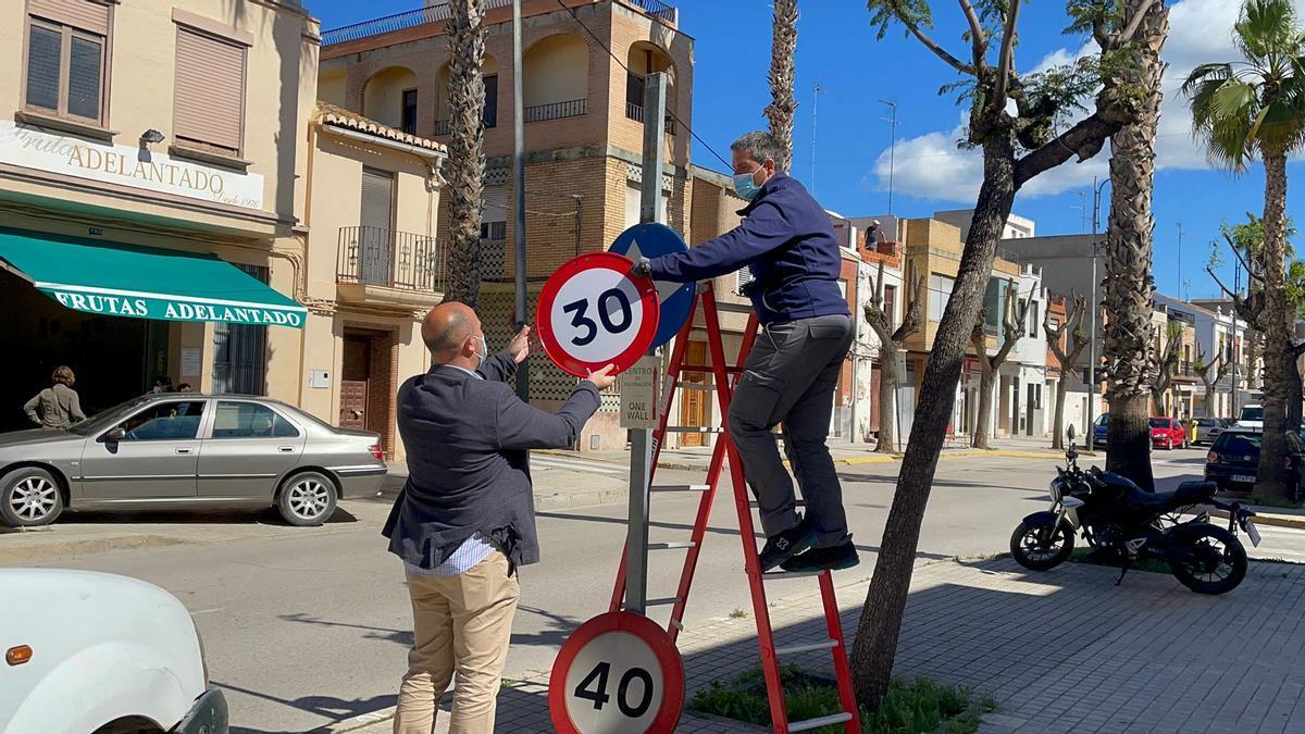 Instalación de las señales de 30km/h en Massamagrell