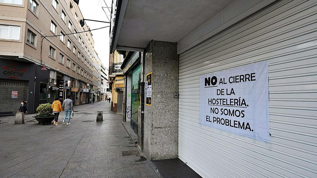 Cartel sobre el cierre por la pandemia en un local de hostelería en el centro de Marín. |   // GUSTAVO SANTOS
