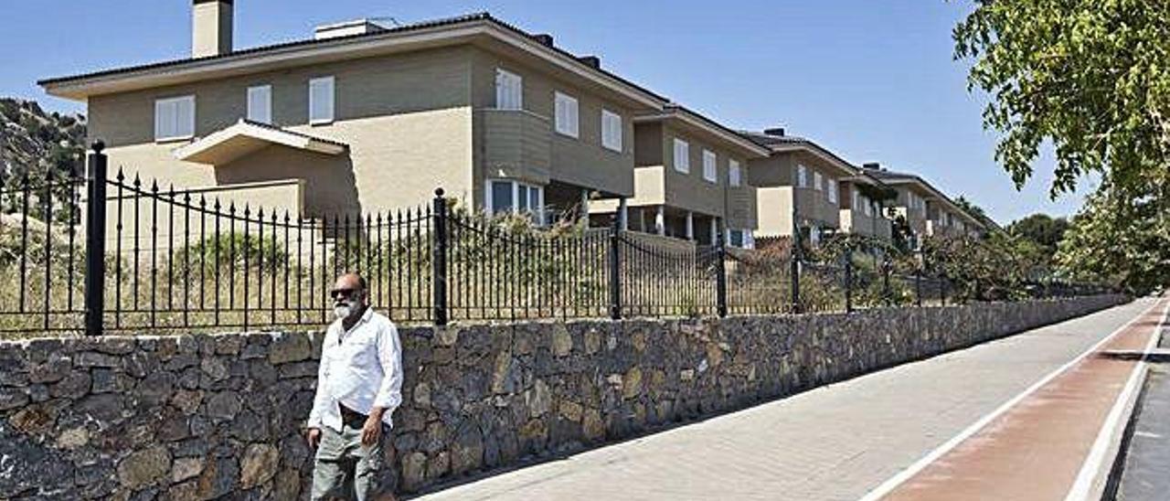 Una personas pasa caminando por «Vistahermosa del Mar», de nuevo una urbanización fantasma.