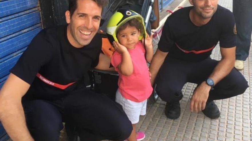Rescatan a una niña de 2 años atrapada en los barrotes de una mesa en Valencia