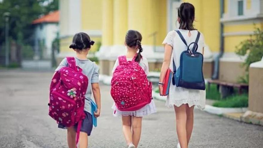 Educación enseña a 2.300 alumnos a usar bien las mochilas y evitar lesiones