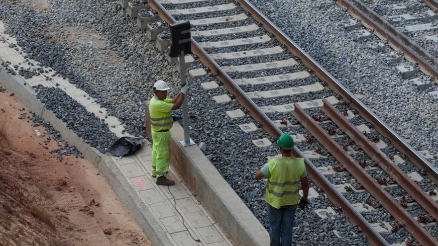 Operarios trabajan en las vías del tren en una imagen de archivo.