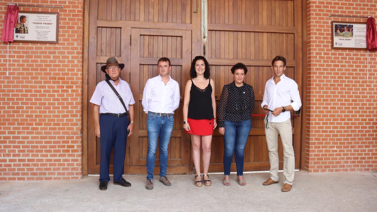 El Ayuntamiento de Onda ha descubierto dos murales cerámicos en el recinto taurino en conmemoración a la trayectoria de los dos diestros.