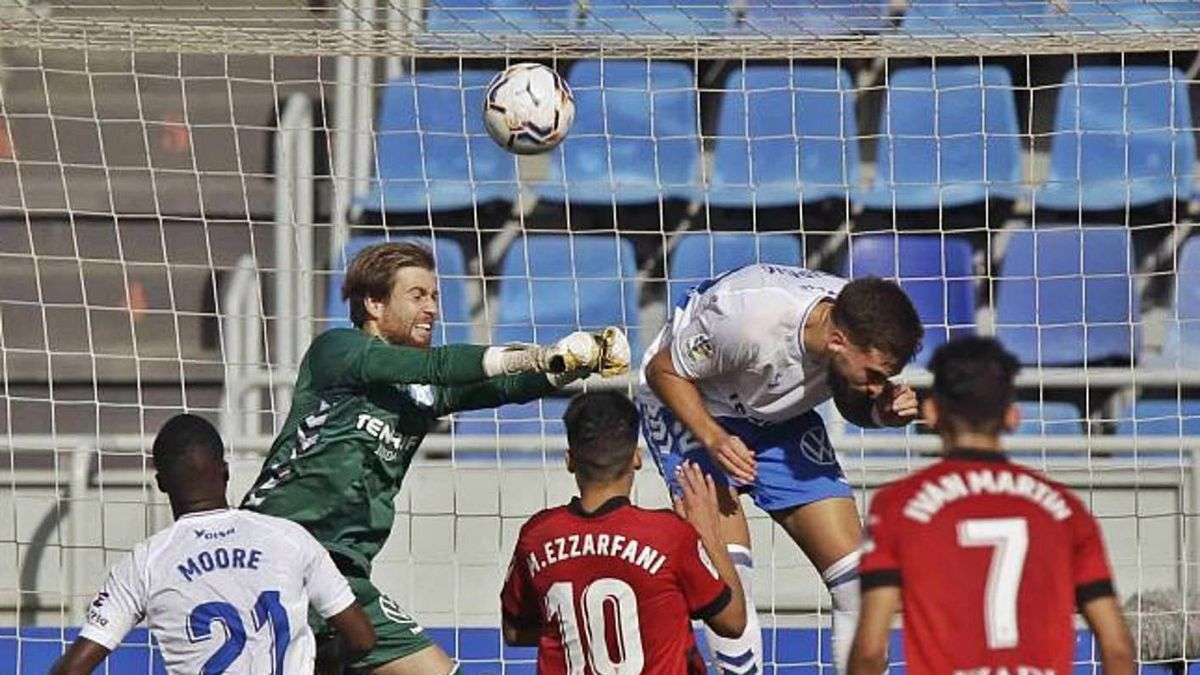Momento del primer gol del Mirandés, obra de Sipcic en propia puerta tras tocar el balón con las chepa.