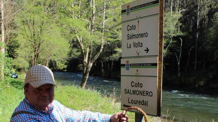"""""""Lo comería con disgusto"""", dice el madrileño que pescó el primer salmón del Eo"""