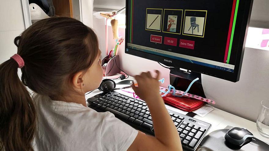 Un banco público de ordenadores y móviles usados contra la exclusión