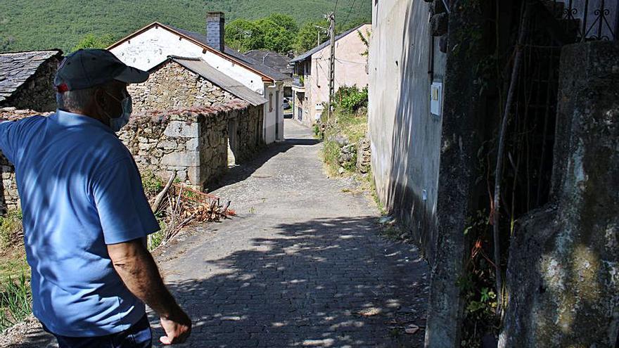 """Vecinos de Sotillo de Sanabria despliegan pancartas contra el """"abandono"""""""
