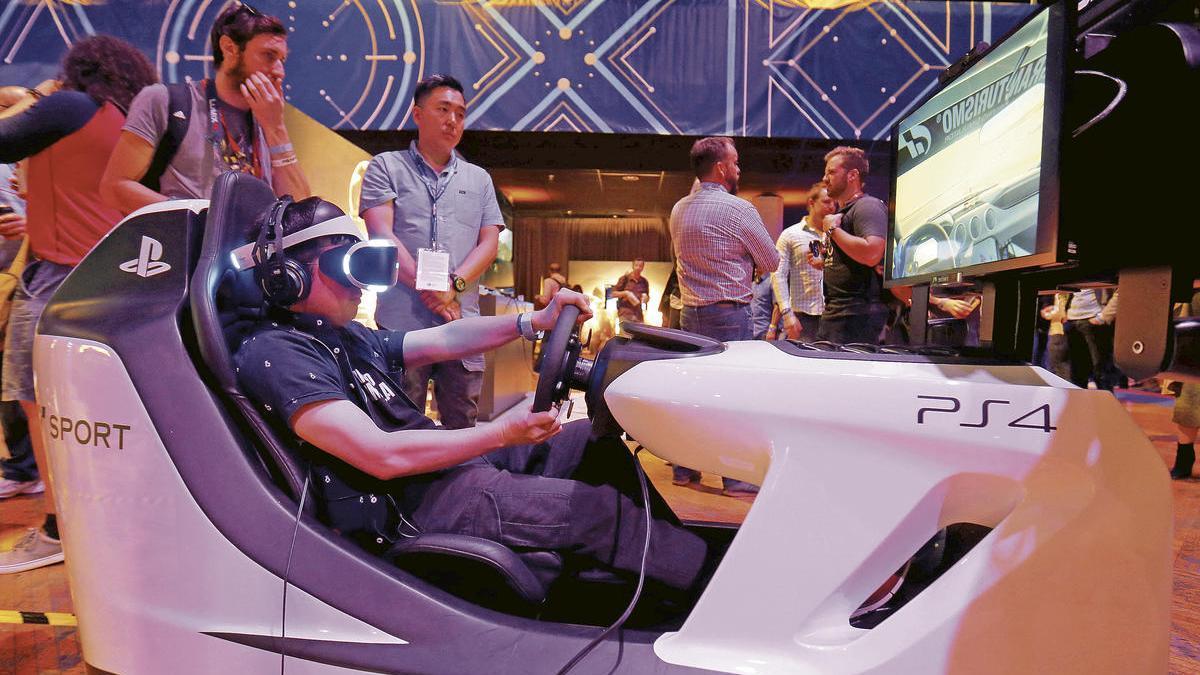 Un aficionado juega en una de las máquinas de videojuegos de Sony en una feria.