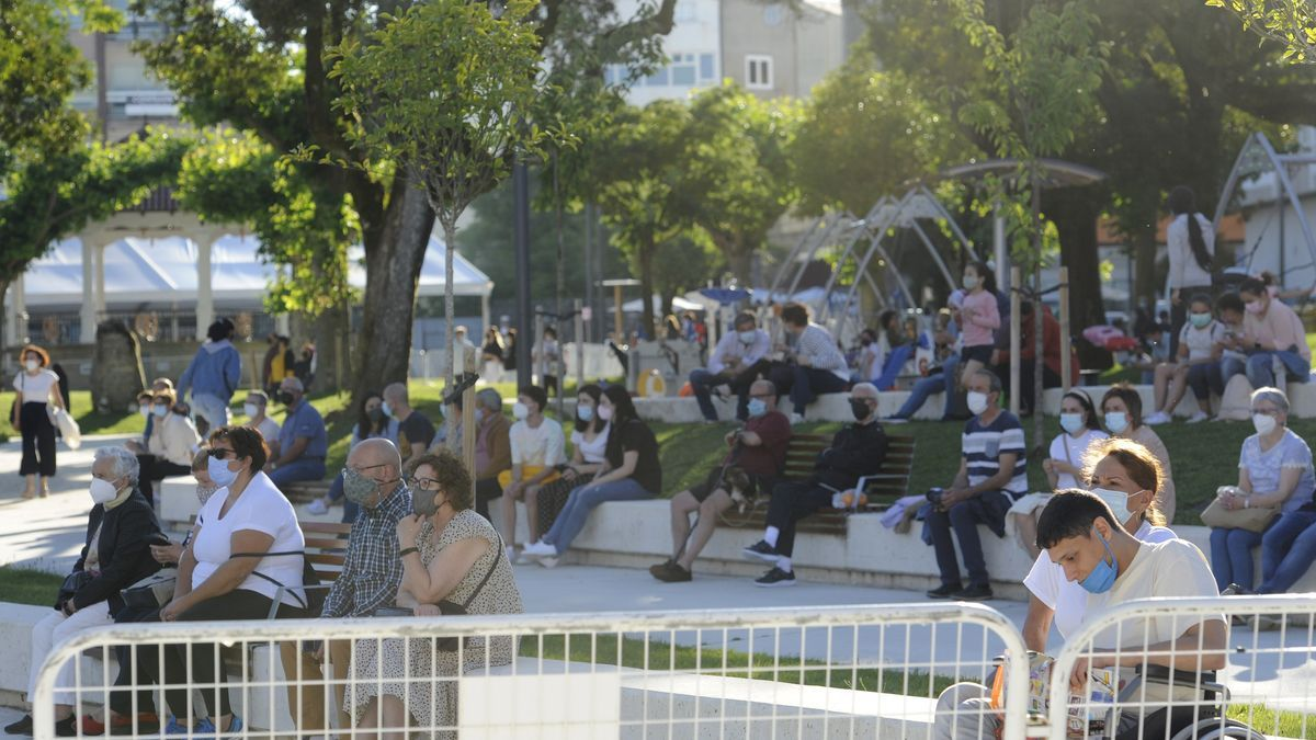 Público con mascarilla y medidas de seguridad durante la actuación de una orquesta en las recientes fiestas de San Paio.
