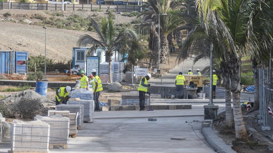 La reforma del paseo de Meloneras incluye un nuevo mirador con vistas al mar y a la zona de la playa