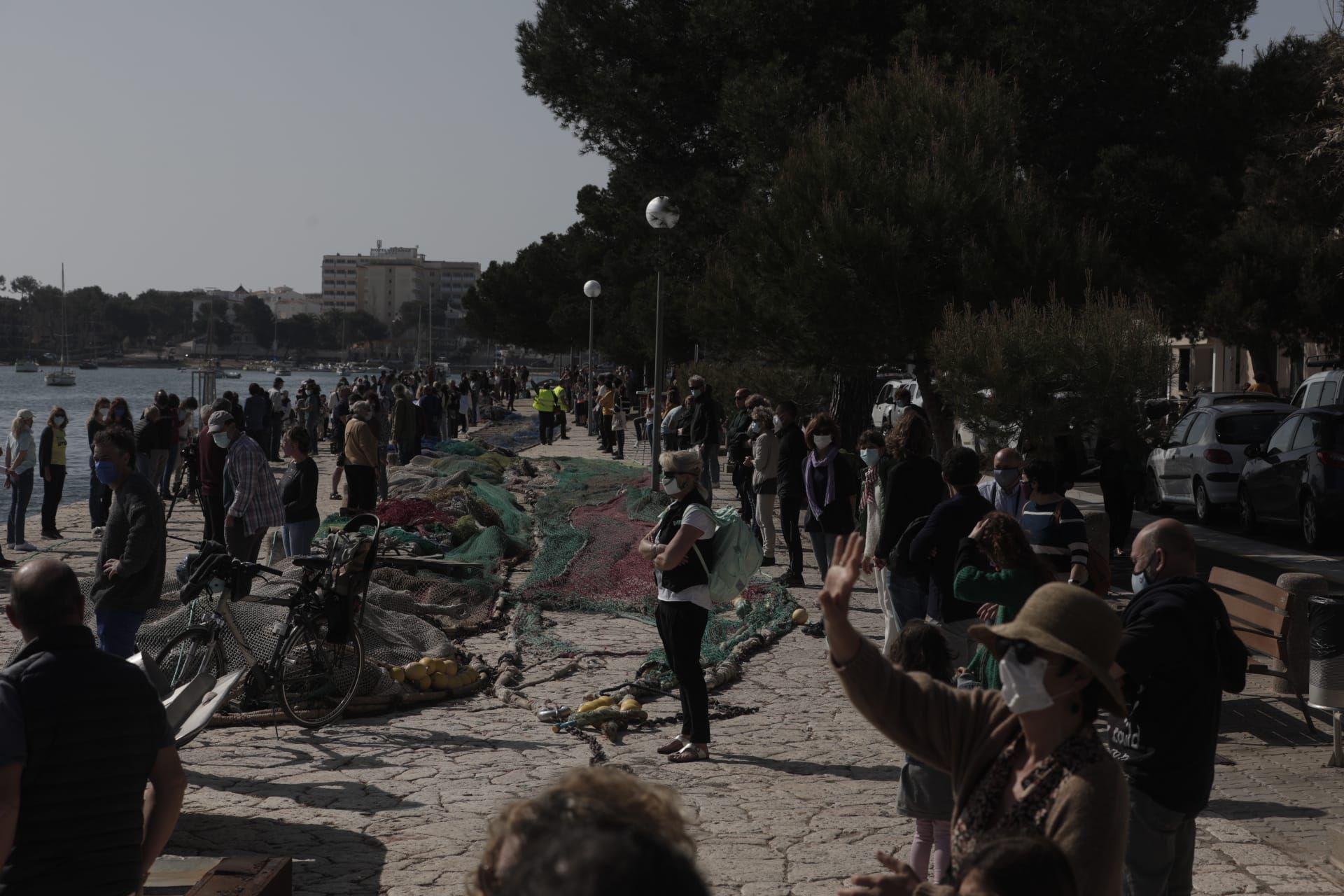 Centenares de personas forman la cadena humana para salvar el Moll de Portocolom