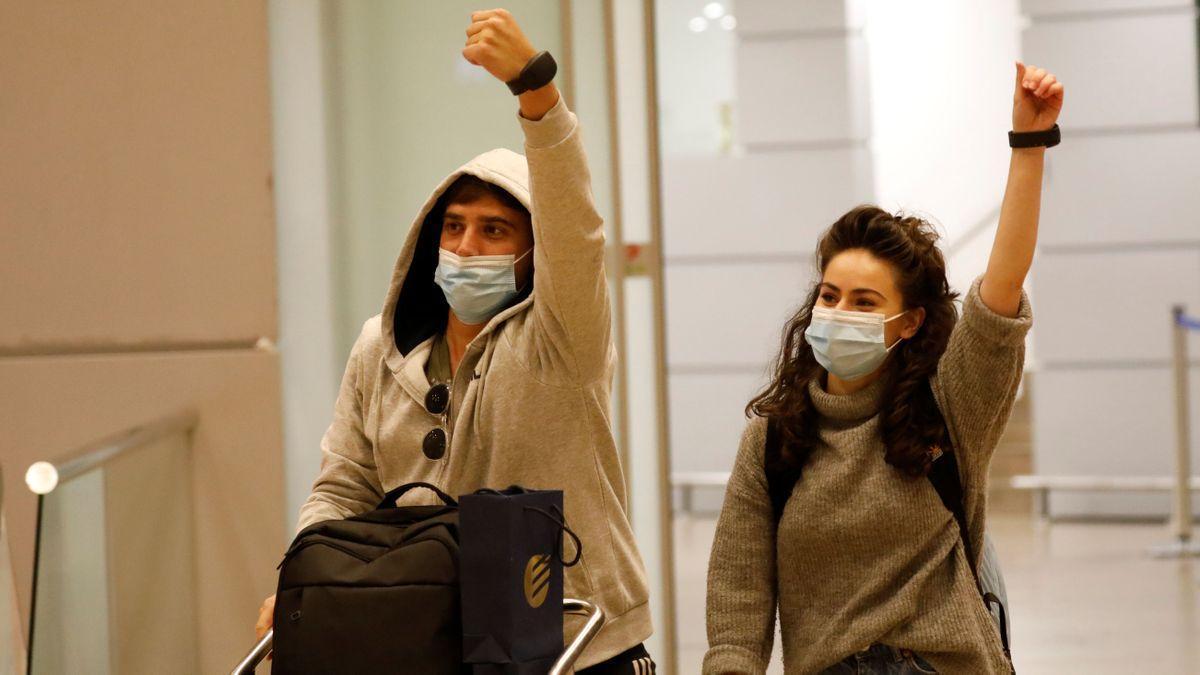 Dos viajeros muestran sus brazaletes electrónicos a su llegada al aeropuerto de Ben Gurion, en Tel-Aviv.