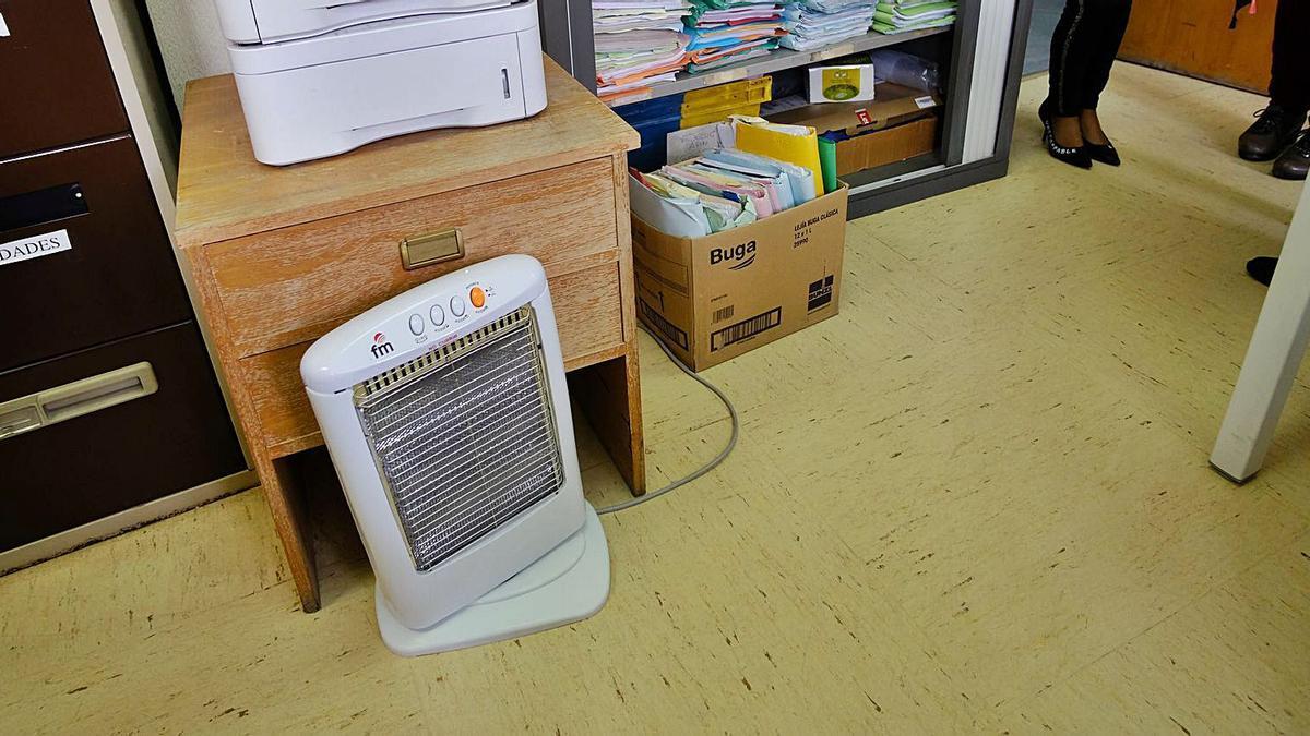 Algunos funcionarios se llevan estufas de sus casas para no pasar frío mientras trabajan en el Juzgado de Villena.