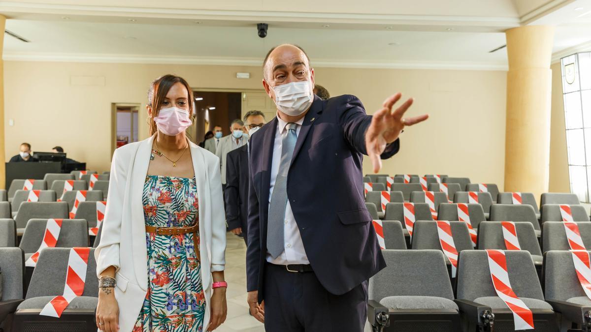 El presidente de la Comisión de Modernización, Buen Gobierno, Miguel Ángel de Vicente (d), junto a la vicepresidenta y alcaldesa de Sabadell, Marta Farrés (I).