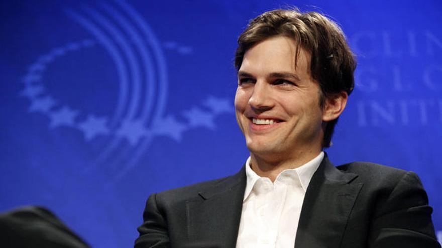 Ashton Kutcher comparte su teléfono para acercarse a sus fans y se arrepiente a las horas