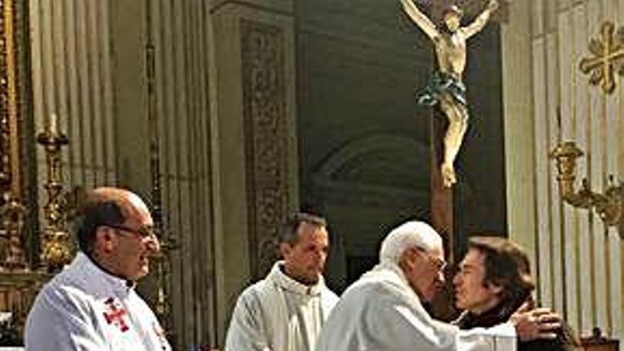 Raphael 'apadrina' un albergue del padre Ángel en Roma